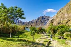 Februari 18,2018 personer som fotvandrar Pinatubo, Capas Royaltyfria Bilder