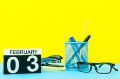 Februari 3rd Dag 3 av den februari månaden, kalender på gul bakgrund med kontorstillförsel vinter för blommasnowtid Royaltyfri Foto