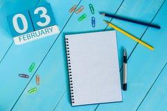 Februari 3rd Dag 3 av månaden, kalender på träarbetsplatsbakgrund vinter för blommasnowtid Tomt avstånd för text Arkivfoton