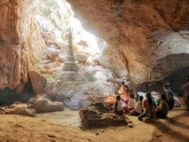 04 Februari 2017, Saddan grotta, Hpa-an Myanmar - be folk I Arkivbild