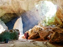 04 februari 2017, Saddan grotta, Hpa-an Myanmar - munkilluminit Arkivbilder