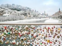 Februari 13 2018, Salzburg Österrike, säsong för landskapsnövinter låste tangent av par på bron Fotografering för Bildbyråer