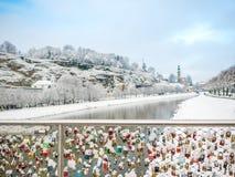Februari 13 2018, Salzburg Österrike, säsong för landskapsnövinter låste tangent av par på bron Royaltyfri Foto