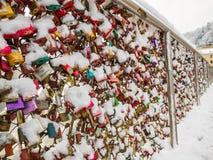 Februari 13 2018, Salzburg Österrike, säsong för landskapsnövinter låste tangent av par på bron Royaltyfri Bild