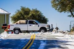 Februari 27, 2018 San Jose/CA/USA - lastbil som utrustas med en plog som överst gör klar snön från vägen av Mt Hamilton på a royaltyfria bilder