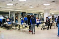 22 februari, 2019 Seattle/WA/de V.S. - Mensen die door veiligheidscontrole bij OVERZEESE Seattle-Tacoma Internationale Luchthaven royalty-vrije stock afbeelding