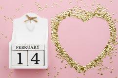 14 Februari skogsbevuxen evig kalender med konfettiform av hjärta Modell för kort för dag för valentin` s Lekmanna- lägenhet kopi Arkivfoto
