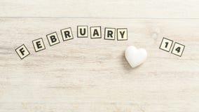 Februari 14 som ut stavas med rektangulära bokstäver Arkivfoto