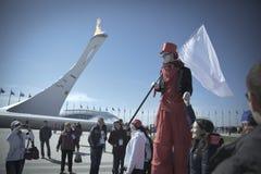 Februari 2014 - Sotchi, Rusland - Clown onderhoudt de gasten van de Olympische Spelen 2014 van de Wereldwinter Stock Afbeeldingen