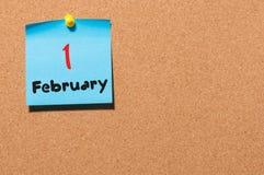 Februari 1st dag 1 av månaden, kalender på korkanslagstavlabakgrund vinter för blommasnowtid Tomt avstånd för text Arkivbild