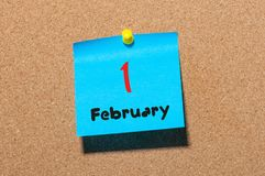 Februari 1st dag 1 av månaden, kalender på korkanslagstavlabakgrund vinter för blommasnowtid Tomt avstånd för text Arkivbilder