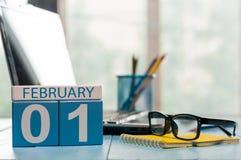 Februari 1st dag 1 av månaden, kalender på lärarearbetsplatsbakgrund vinter för blommasnowtid Tomt avstånd för text Royaltyfri Foto