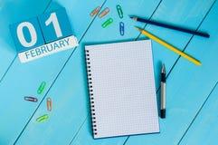 Februari 1st dag 1 av månaden, kalender på träbakgrund vinter för blommasnowtid Tomt avstånd för text Royaltyfria Foton