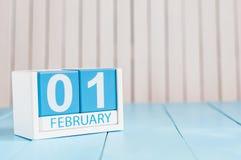 Februari 1st dag 1 av månaden, kalender på träbakgrund vinter för blommasnowtid Tomt avstånd för text Royaltyfri Fotografi