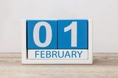 Februari 1st dag 1 av månaden, kalender på vit bakgrund vinter för blommasnowtid Royaltyfria Bilder