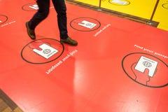 Februari 18, 2019 Stad av Köpenhamnen, Danmark Kastrup flygplats Varningstecken på golvet av säkerhetskorridoren, pass royaltyfri foto