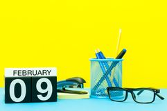 Februari 9th Dag 9 av den februari månaden, kalender på gul bakgrund med kontorstillförsel vinter för blommasnowtid Royaltyfria Foton