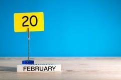 Februari 20th Dag 20 av den februari månaden, kalender på liten etikett på blå bakgrund vinter för blommasnowtid Tomt avstånd för Arkivfoto