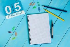 Februari 5th Dag 5 av månaden, kalender på träarbetsplatsbakgrund vinter för blommasnowtid Tomt avstånd för text Arkivbilder