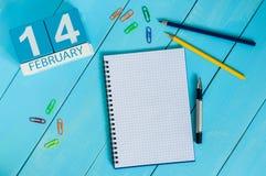 Februari 14th Dag 14 av månaden, kalender på träbakgrund Sanka dagar för valentin` s Tomt avstånd för text Arkivbild