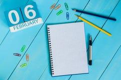 Februari 6th Dag 6 av månaden, kalender på träbakgrund vinter för blommasnowtid Tomt avstånd för text Royaltyfria Foton