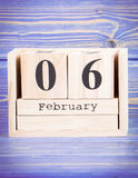 Februari 6th Datum av 6 Februari på träkubkalender Fotografering för Bildbyråer