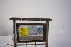 Februari 17th 2018 Sinaia Rumänien, indikeringsbräde på bergmaximum med alla lutningar Royaltyfria Bilder
