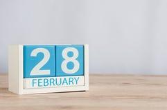 Februari 28th Skära i tärningar kalendern för februari 28 på träyttersida med tomt utrymme för text Inte skottår eller inskjutet Arkivfoto