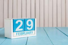 Februari 29th Skära i tärningar kalendern för februari 29 på träyttersida med tomt utrymme för text Skottår inskjuten dag Royaltyfria Bilder