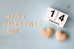 Februari 14th trätappningkalender och valentindagen för ord som lyckliga göras med kvarterträbokstäver Arkivbilder