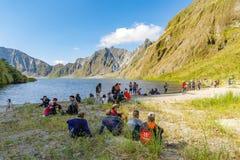 Februari 18,2018 turister och handböcker som framme tar ett avbrott av Mt Pinatubo krater sjö, Capas Royaltyfria Bilder