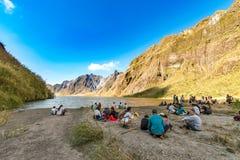 Februari 18,2018 turister och handböcker som framme tar ett avbrott av Mt Pinatubo krater sjö, Capas Arkivbilder