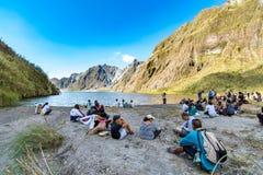 Februari 18,2018 turister och handböcker som framme tar ett avbrott av Mt Pinatubo krater sjö, Capas Fotografering för Bildbyråer