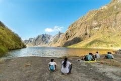 Februari 18,2018 turister och handböcker som framme tar ett avbrott av Mt Pinatubo krater sjö, Capas Royaltyfri Bild