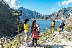 Februari 18,2018 turister som beundrar Mt Pinatubo krater sjö, Capas Royaltyfri Bild