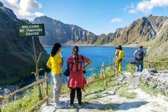 Februari 18,2018 turister som beundrar Mt Pinatubo krater sjö, Capas Royaltyfria Bilder