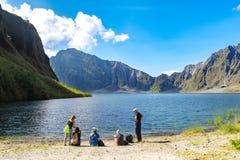 Februari 18,2018 turister som framme tar ett avbrott av Mt Pinatubo krater sjö, Capas Royaltyfri Fotografi
