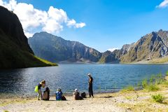 Februari 18,2018 turister som framme tar ett avbrott av Mt Pinatubo krater sjö, Capas Arkivfoto