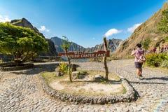 Februari 18, 2018 turister som tar bilder på Pinatubo krater sjön, Capas Arkivfoto