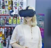 Februari 11 Ukraina, Kiev, virtuell verklighetexponeringsglasskyltdocka shoppar Samsung Fotografering för Bildbyråer