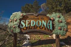 FEBRUARI 2019 - VÄSTRA DELSTATERNA - USA - den Americana vägrenen Amerika visar välkomnande till Sedona Arizona i snö arkivbild