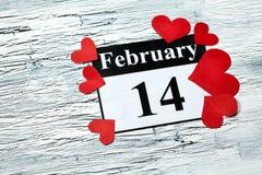 14 februari Valentijnskaartendag - hart van rood document Stock Fotografie