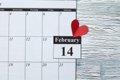 Februari 14, valentin dag, hjärta från rött papper Royaltyfri Fotografi