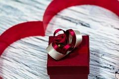 Februari 14 valentindag - hjärta från rött band Arkivfoton