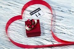 Februari 14 valentindag - hjärta från rött band Arkivbilder