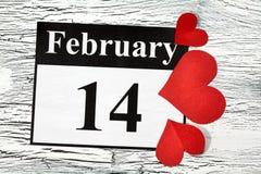 Februari 14 valentindag - hjärta från rött papper Arkivbilder