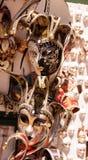 20 Februari 2017 - Venedig, Italien Venetian maskeringar i lagerskärm i Venedig Arkivbilder