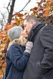 Fecha. Besos de la mujer joven y del hombre al aire libre Foto de archivo libre de regalías
