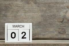 Fecha blanca 2 del calendario de bloque actual y mes marzo imagen de archivo