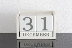 Fecha blanca 31 del presente del calendario de bloque y mes diciembre Imagenes de archivo